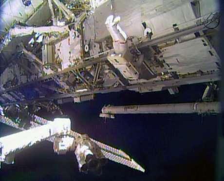 Astronauta Rick Mastracchio trabalha do lado de fora da Estação Espacial Internacional (ISS)