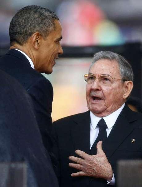 Raúl Castro falou com o presidente americano Barack Obama durante o aperto de mão que trocaram nos funerais de Nelson Mandela