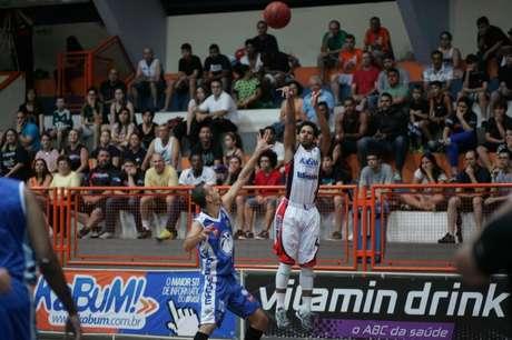 <p>Dominicano Ronald Ramon arrisca cesta de três pontos</p>