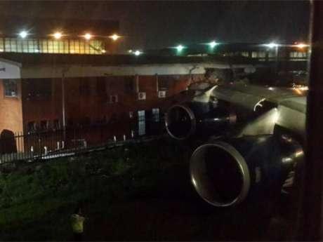 A asa do avião colidiu com um prédio