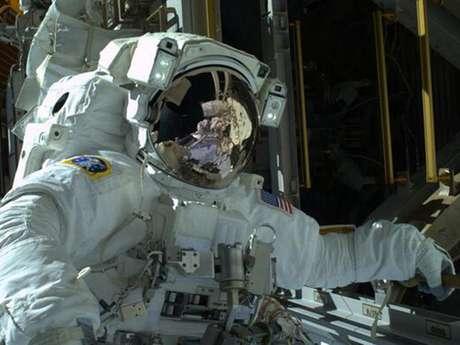 <p>O astronauta Mike Hopkins publicou em seu Twitter uma imagem que mostra ele durante a caminhada espacial de s&aacute;bado (21)</p>