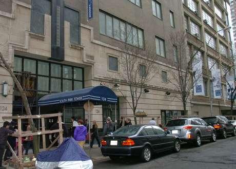 Movimentação em frente ao prédio do qual um pai atirou seu filho antes de cometer suicídio