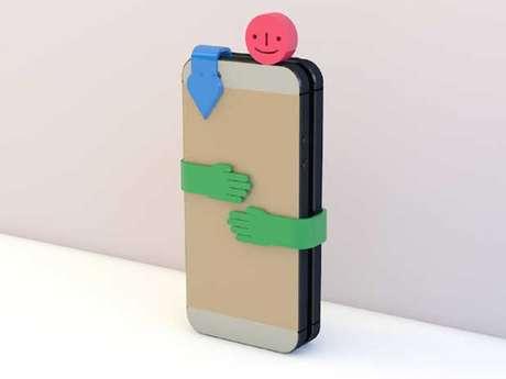 Conjunto de peças de plástico impede que usuário use o smartphone