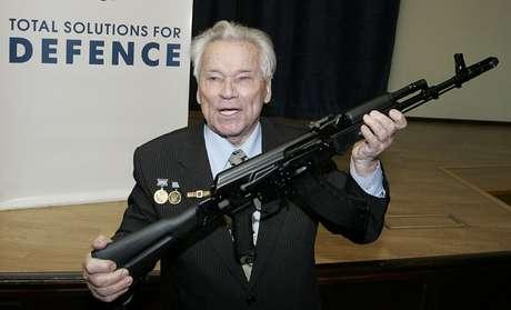 Mikhail Kalashnikov, em foto de 2006, segura a sua invenção, o rifle AK-47