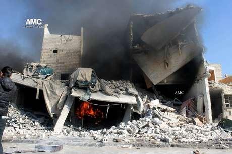 Imagem do Aleppo Media Center (AMC) mostra prédio destruído durnate bombardeio aéreo no bairro de Masaken Hanano, um bairro oposicionista da cidade de Aleppo