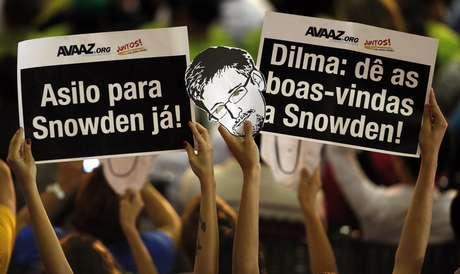 <p>Brasileiros erguem placas pedindo para que o Brasil abrigue Edward Snowden</p>