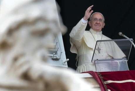 <p>O papa Francisco acena durante sua oração de Angelus na Praça de São Pedro, no Vaticano (foto de arquivo)</p>