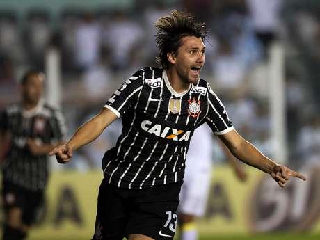 <p>Paulo Andréaceitou a oferta dos chineses, algo visto com bons olhos pelo Corinthians, que não fazia a menor questão de mantê-lo no elenco</p>