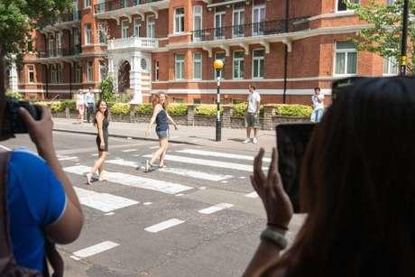 Ídolos musicais inspiram diversos roteiros de viagens para todos os gostos e idades. Um dos exemplos mais famosos é a Abbey Road, rua que foi capa de um dos álbuns mais vendidos dos Beatles e que atrai diversos turistas para a clássica foto atravessando a rua