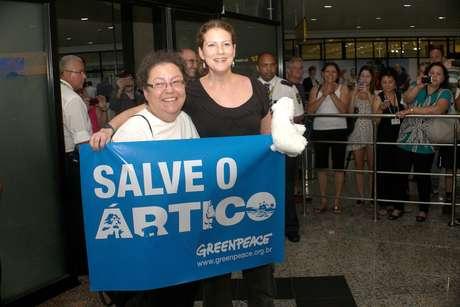 <p>Ana Paula Maciel tirou fotos ao lado da mãe ao chegar em Porto Alegre (RS) na manhã deste sábado</p>