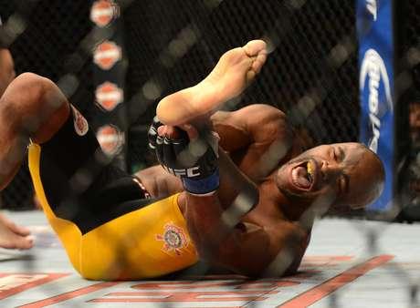 A luta foi interrompida assim que Anderson caiu no octógono