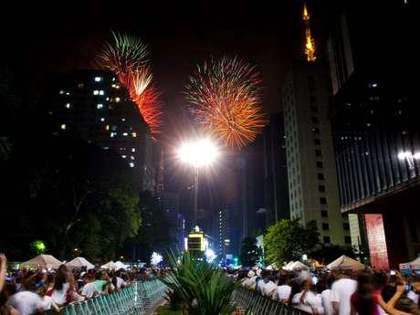 Cem mil fogos de artifício e 6 mil bombas multicoloridas encerraram o ano de 2013 e abriram 2014 na maior cidade do Brasil. O espetáculo pirotécnico em São Paulo durou 14 minutos e foi acompanhado por uma multidão que participou da festa de Réveillon na avenida Paulista