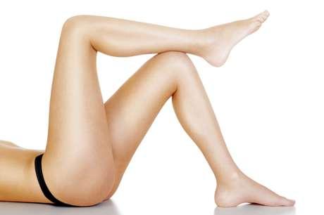 A caneta antiestrias, composta de açúcar natural pigmentante e células tronco vegetais, atua disfarçando o tom de pele e regenerando o tecido na região