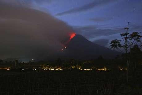 <p>Sinabung, situado no norte da ilha de Sumatra, entrou em erup&ccedil;&atilde;o em meados de setembro</p>