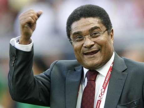 Ex-jogador da seleção portuguesa Eusébio gesticula antes de partida de Portugal contra a República Tcheca pela fase de grupos da Euro 2008, em Genebra. Lenda do futebol português, o jogador Eusébio, que foi o artilheiro da Copa do Mundo de 1966, morreu de um ataque cardíaco aos 71 anos de idade, informou a mídia de Portugal neste domingo. 11/06/2008.