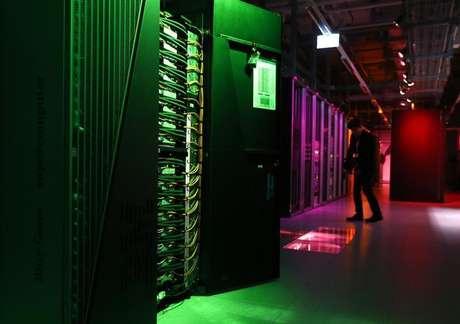 """Membro da imprensa filma a sala que tem o IBM Blue Gene Q Supercomputer no dia do lançamento do HBP na EPFL em Ecublens. Os gastos com Tecnologia da Informação (TI) em todo o mundo deverão crescer 3,1 por cento este ano, a 3,8 trilhão de dólares, depois de um 2013 estável, e serão impulsionados por empresas que começam a aproveitar a """"big data"""" de smartphones e outros dispositivos, disseram analistas da Gartner nesta segunda-feira. 07/10/2013"""