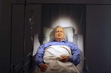 <p>Obra de arte retrata o ex-primeiro-ministro em coma deitado em uma cama de hospital em Tel Aviv</p>