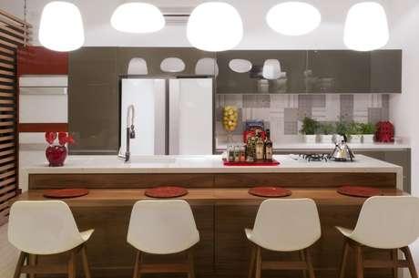 <p>Vale a pena investir em itens sofisticados e diferenciados, como pendentes, torre para fornos e eletrodomésticos, cadeiras ou banquetas incrementadas</p>