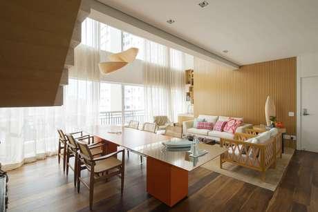 No duplex reformado pela designer de interiores Cristina Barbara a sala de estar e a sala de jantar foram integradas. A distribuição dupla, somada ao pé-direito duplo de 5,47 m dá uma ideia de amplitude e uniformidade. Informações: (11) 3842-8562