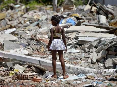 Moradores deixam suas casas na Vila do Metrô, na Mangueira, Rio de Janeiro