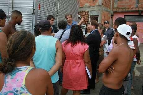 O secretário municipal de Habitação, Pierre Batista, foi ao local para conversar com moradores, que protestam contra as remoções, e acabou saindo do local sob um ataque de ovos, que, contudo, não o acertaram