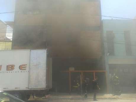 Quatro viaturas do Corpo de Bombeiros trabalharam no combate a incêndio em prédio comercial em Santana