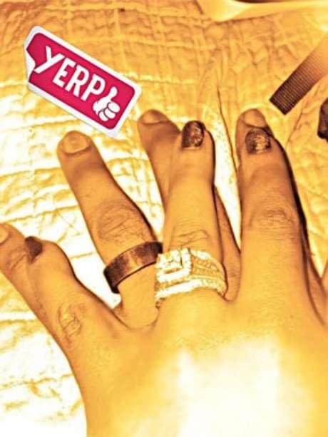"""Filha de Whitney Houston se casa com irmão adotivo: """"apaixonada"""""""