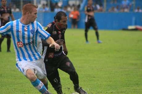 Aru disputa bola com jogador do Paysandy; Gavião Kyikatejê foi derrotado pela equipe da Curuzu