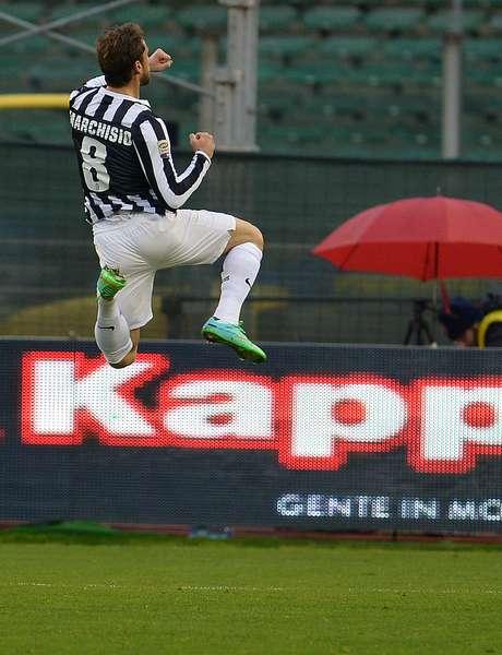 Claudio Marchisio comemora gol da Juventus; sétima vitória seguida