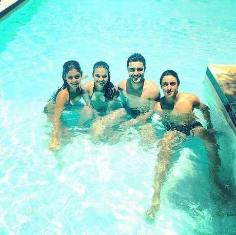 <p>Atriz posou ao lado de colegas de elenco em piscina</p>