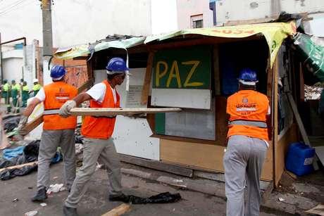 <p>Funcionários da prefeitura, agentes sociais e policiais militares realizam operação para remoção de barracos montados na Cracolândia</p>