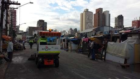 A prefeitura enviou carros de limpeza e caminhões para transportar os entulhos do local