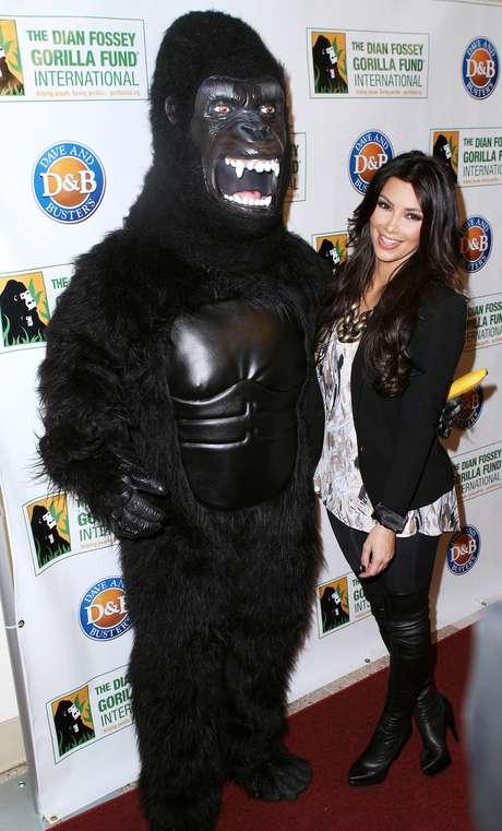 <p>Kim Kardashian participou de um evento para arrecadar fundos à iniciativa Dian Fossey Gorilla Fund International com outras celebridades em 2010</p>