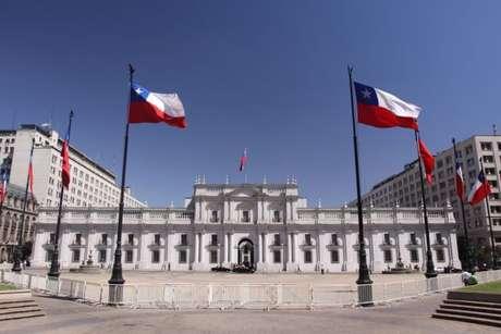 Santiago, a capital do Chile, tem um belo centro histórico, com edifícios antigos e arquitetonicamente interessantes como o Palacio de La Moneda (foto), sede da presidência. A cidade possui diversos museus como o Museu Histórico Nacional, na Plaza de Armas, a visita custa 600 pesos (R$2,68) para adultos e é gratuito para estudantes e aos domingos para todo público