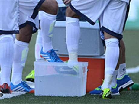 <p>São José venceu o Grêmio por 1 a 0 em jogo onde atletas precisaram resfriar os pés em baldes de gelo</p>
