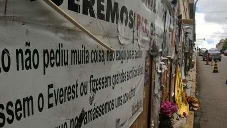 A frente da Boate Kiss virou um verdadeiro santuário em homenagem às vítimas