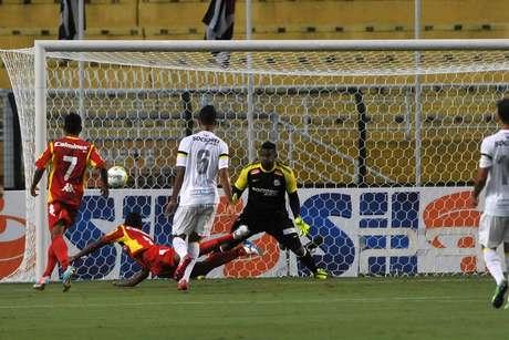 """<p>Caion marcou """"de peixinho"""" o gol contra o """"peixe""""</p>"""