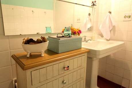 A cômoda do banheiro foi feita especialmente para o apartamento. Os puxadores, diferentes entre si, ajudam a dar um aspecto vintage ao móvel. Os dois espelhos foram feitos para substituir o suporte de espelho mais simples sem precisar fazer mais furos na parede