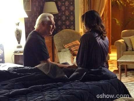 César (Antonio Fagundes) sente falta da médica e questiona a mulher