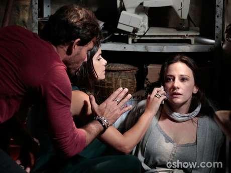 Rebeca (Paula Braun) fala com Paloma (Paolla Oliveira) ao telefone e tenta disfarçar seu medo