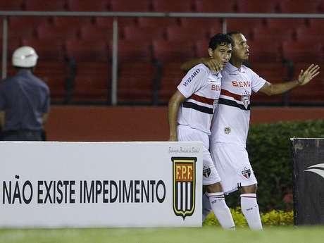 Ganso e Luís Fabiano festejam gol no Morumbi