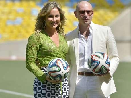 <p>Ao lado de Claudia Leitte, Pitbull divulga canção tema da Copa do Mundo de 2014</p>