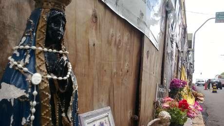 Na frente da Boate Kiss, parentes, amigos deixaram mensagens, fotos e imagens religiosas