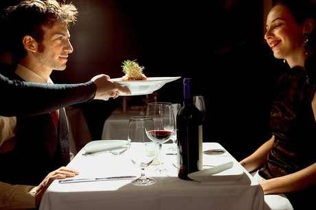 A condição financeira do milionário é resguardada para que a mulher se interesse pelos atributos e qualidades do pretendente