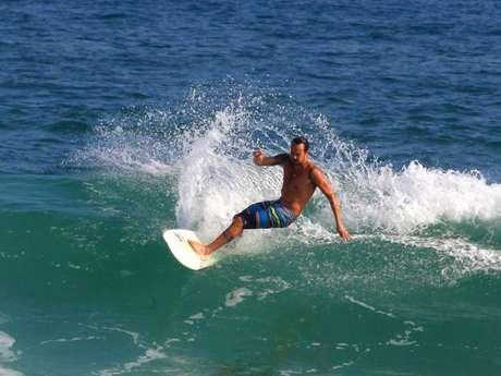 <p>Paulinho Vilhena praticando surfe</p>