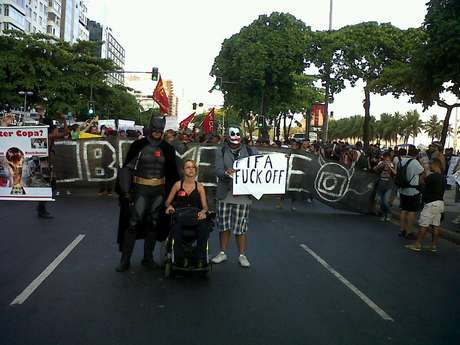 No Rio, manifestantes fecham a avenida Atlântica e gritam palavras de ordem em direção ao Arpoador