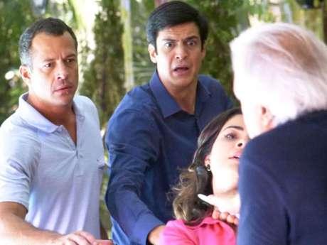 <p>Bruno e Félix se desesperam ao ver o médico desferindo facadas contra a mulher que o traiu</p>
