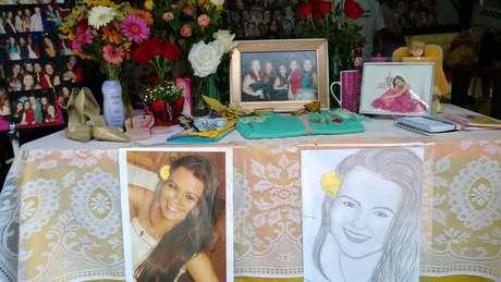 <p>Os familiares montaram uma espécie de memorial das jovens em cada um dos dias, com fotos e objetos pessoais</p>