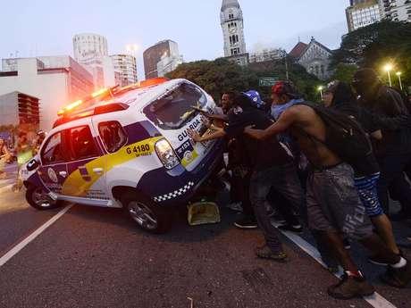 <p>Alguns manifestantes atacaram um carro da Guarda Civil Metropolitana, tentando virar o veículo</p>