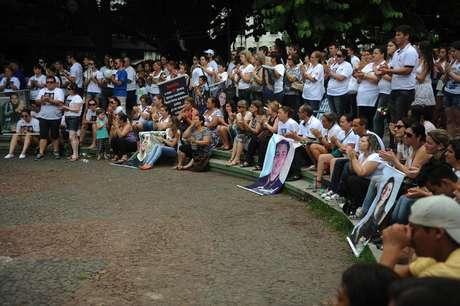 Na data que marca um ano da tragédia, um ato na Praça Saldanha Marinho, em Santa Maria, distrubui abraços a familiares das vítimas do incêndio na Boate Kiss, que matou 242 pessoas